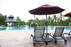 Poolside Deckchair no hotel de luxo Fotos de Stock Royalty Free