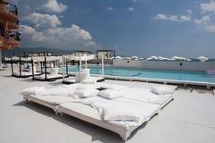 Poolside del balneario del hotel de lujo Imágenes de archivo libres de regalías