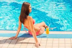 Poolside del tiempo de verano del gasto Imagenes de archivo