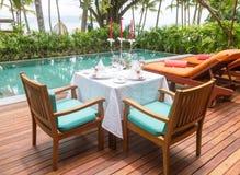 Poolside dell'insieme di cena di progettazione in villa dello stagno Fotografia Stock Libera da Diritti