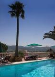 Poolside an den bormes les Mimosen. Lizenzfreies Stockfoto