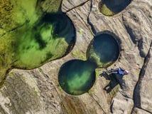 Poolside di rilassamento, alla spiaggia ed agli stagni costieri della roccia Immagine Stock
