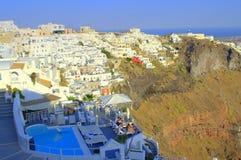 Poolside di rilassamento Santorini, Grecia della gente Fotografia Stock