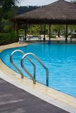 Poolside en el centro turístico de Harris, isla de Batam, Indonesia foto de archivo