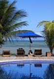 Poolside en tropisch strand Maceio Brazilië Stock Afbeelding