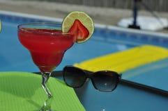 Poolside-Erdbeere Margarita auf den Felsen mit Sonnenbrille Stockbilder