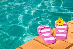 Poolside-Flipflops Lizenzfreie Stockfotos