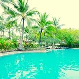Poolside i det lyxiga hotellet, Bali, Indonesien arkivfoton