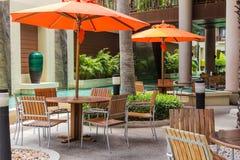 Poolside loungers przy hotelem. Zdjęcie Royalty Free
