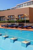 Poolside met poolbed en paraplu in luxetoevlucht stock foto