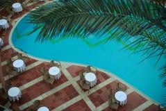 Poolside miejsca siedzące teren: godziny przed zmierzchem fotografia stock