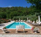 Poolside på den klassiska herrgårdpölen och trädgården Royaltyfri Fotografi