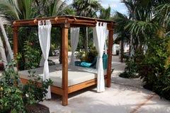 Poolside-Strand-Bett lizenzfreies stockbild