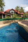 Poolside Thaise architectuur van het hotel Stock Fotografie