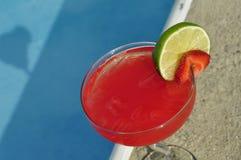 Poolside Truskawkowy Margarita na skałach z Świeżej owoc garnirunkiem Obraz Royalty Free