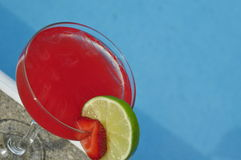 Poolside Truskawkowy Margarita na skałach z wapno garnirunkiem Zdjęcie Stock