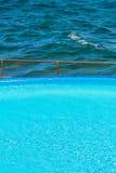 Poolside vid havet Royaltyfri Bild
