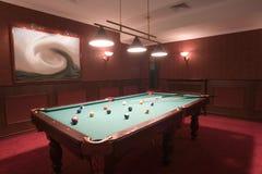 Pooltabelle im eleganten roten Raum Stockbild