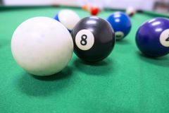 Pooltable和球关闭  免版税库存照片