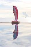 Poolwater en roze dolfijnstandbeeld Royalty-vrije Stock Afbeeldingen