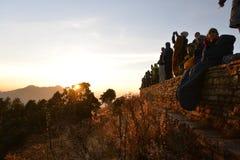 poon Непала холма Много людей ища восход солнца на Гималаях на ноября Стоковое Изображение