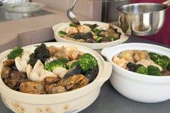 Poon Choi Cantonese Big Feast Bowls förberedelse arkivbild