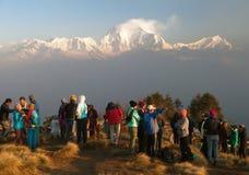 Poon-Hügel mit Touristen und Berg Dhaulagiri stockbild