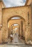 Poople não identificado que anda na rua, arquitetura da cidade de Saint Tropez em Riviera francês, França Foto de Stock Royalty Free