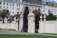 Poort aan Belvederegarten-tuin Wenen Stock Afbeeldingen