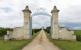 Poort aan Chateau Balestard stock afbeeldingen