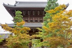 Poort aan de Boeddhistische tempel van Kurodani achter daling gekleurde bomen Royalty-vrije Stock Fotografie