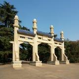 Poort aan het Mausoleum van yat-Sen van de Zon Stock Afbeeldingen