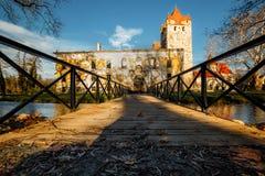 Poort aan het oude park en Kasteel Pottendorf in Oostenrijk stock foto's