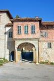 Poort aan middeleeuws orthodox klooster Stock Fotografie