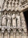 Poort beeldhouwwerken van de kathedraal van Notre Dame Stock Foto's