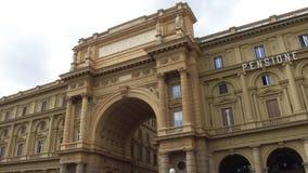 Poort bij Vierkant van Piazza van de Republiek della Repubblica in Florence - Toscanië stock footage