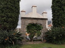Poort in de tuin van steen Royalty-vrije Stock Afbeeldingen