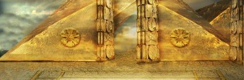 Poort in gouden piramide Stock Afbeelding