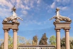 Poort met beeldhouwwerken van dieren in de Boboli-Tuinen in Florenc royalty-vrije stock foto