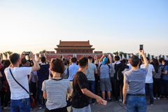 Poort met Mao Zedong-beeld door toeristen in Peking wordt gefotografeerd dat stock foto