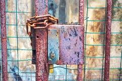 Poort met slot en kettingen wordt gesloten die stock afbeeldingen