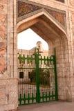 Poort in moskee. stock afbeelding