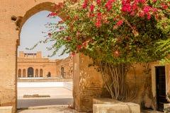 Poort in ruïnes van het paleis van Gr Badi in Marrakech, Marokko Stock Afbeeldingen