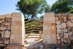 Poort van de Menorca de traditionele houten omheining in de Balearen Stock Foto's