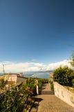 Poort van een luxueus huis die aan de baai kijken royalty-vrije stock foto's