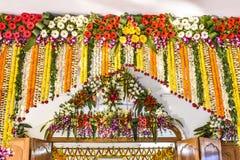 Poort van een tempel van India door bloem, kunst en ambacht wordt verfraaid die stock foto