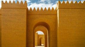 Poort van gedeeltelijk herstelde Babylon-ruïnes, Hillah Irak stock foto
