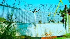 Poort van gesloten oude fabriek stock videobeelden