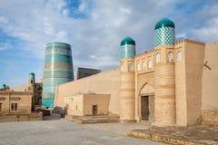 Poort van kunya-Bak citadel en de Minder belangrijke minaret van Kalta in Khiva royalty-vrije stock afbeeldingen