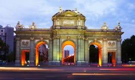 Poort van Toledo in schemer Madrid, Spanje royalty-vrije stock afbeelding